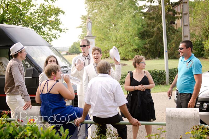 Photo détente des copains après les cérémonies du mariage