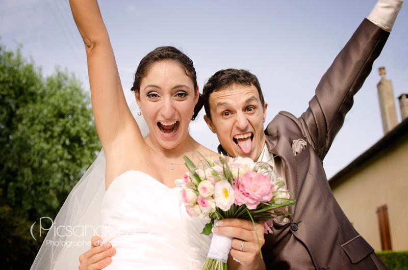 Portrait des mariés dans la voiture en sortant des cérémonies
