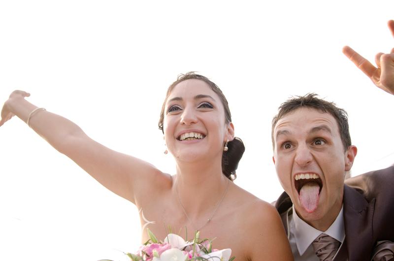 Les mariées se défoulent en sortant de l'église