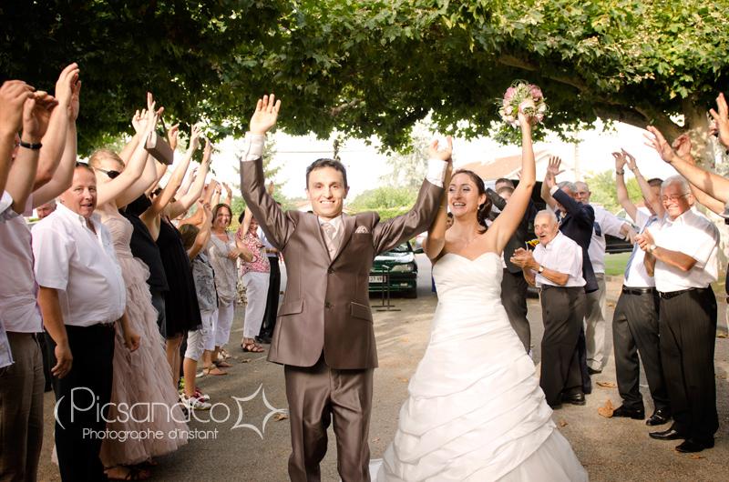 Arrivée des mariés sur la place au milieu des invités