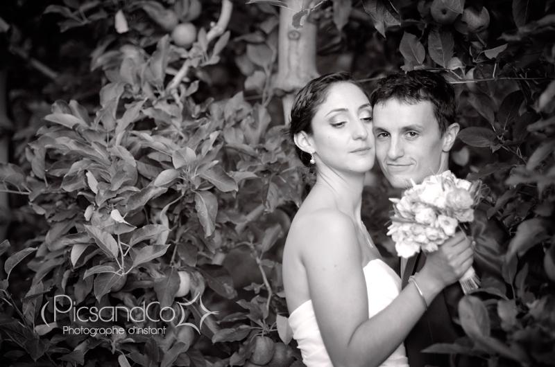 Portrait du couple de mariés dans les vergers