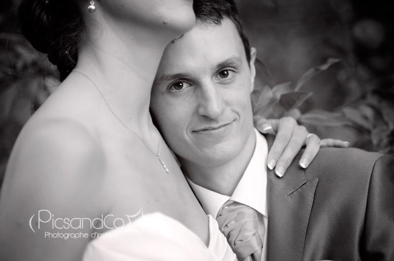 Portrait du marié pendant la séance couple des mariés