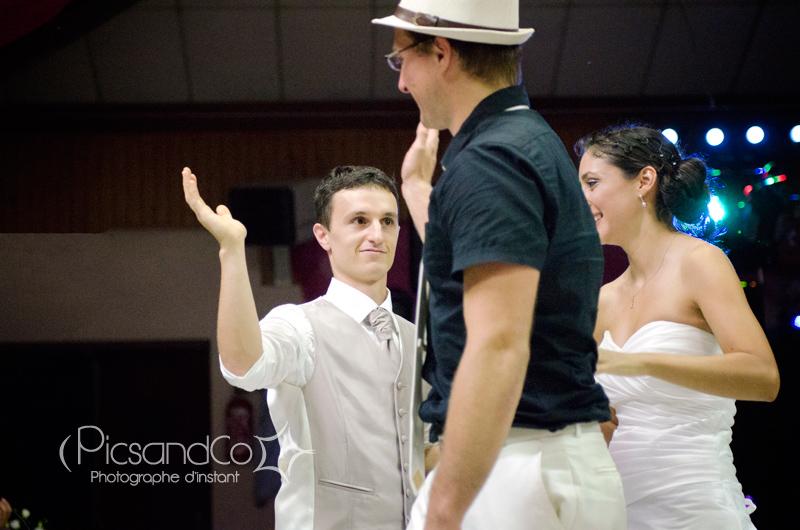 Complicité et émotion entre le témoin et le marié pendant la soirée du mariage