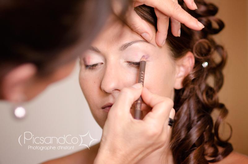 Reportage photo des préparatifs avec une jolie mariée au maquillage