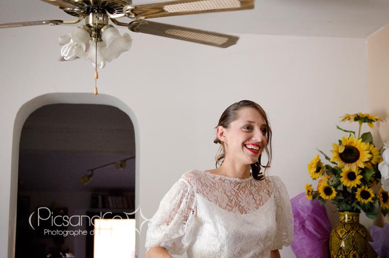 Arrivée de la mariée avec la robe de mariée de sa maman
