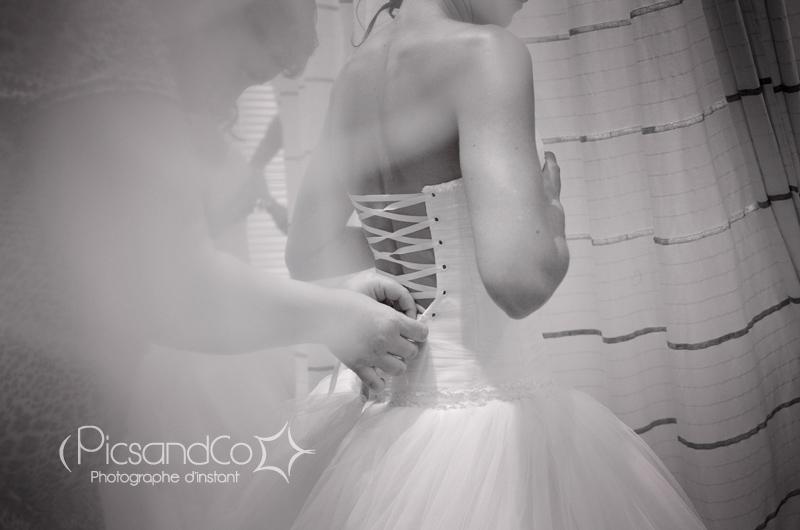 Habillage de la mariée par Sophie de chez Carrière Mariage