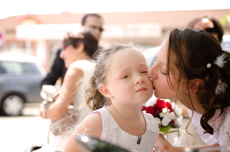 Petit bisou de la mariée pour cette jolie fillette