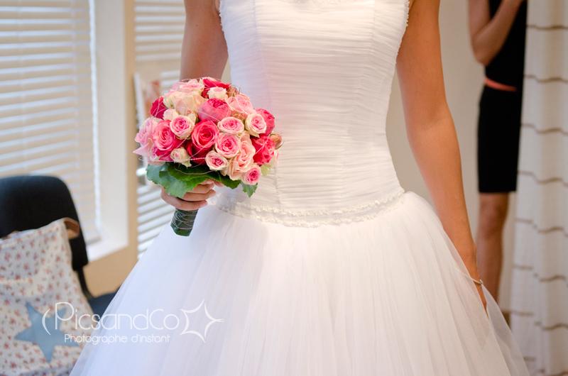 La mariée et son beau bouquet avant de partir pour les cérémonies