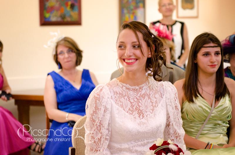 Grand sourire de la mariée pendant la cérémonie civile près de Toulouse