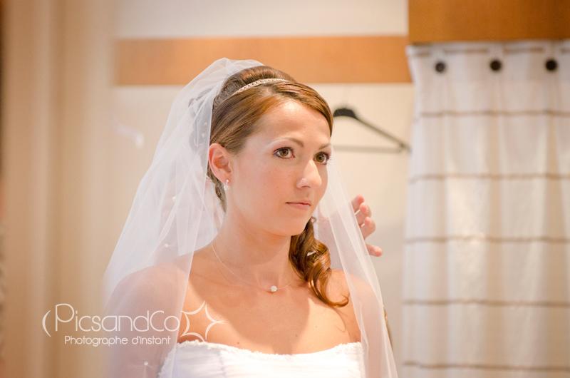 La touche finale de la mariée avec le voile posé au dernier moment
