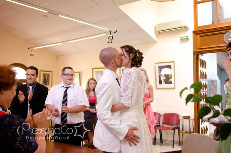 Bisou à la fin du mariage civil