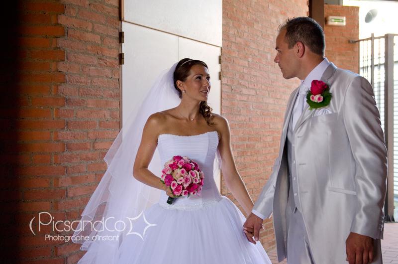 Photo du couple avant de rentrer pour la cérémonie civile du mariage à Villefranche de Lauragais