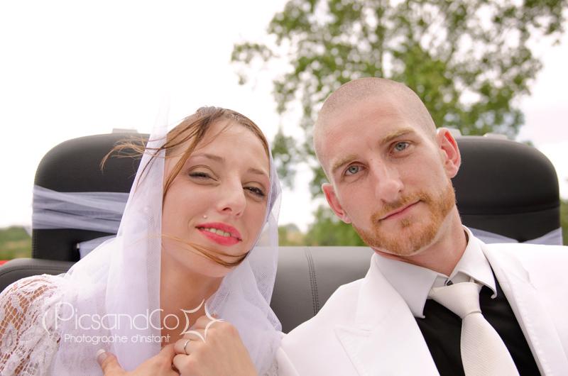 Portrait des mariés en voiture