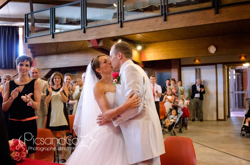 Bisou des mariés à la cérémonie civile