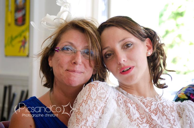 La mariée et sa maman pendant la petite pause au café