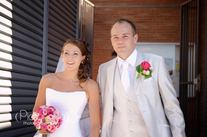 Les mariés sortent de la mairie devant leurs invités