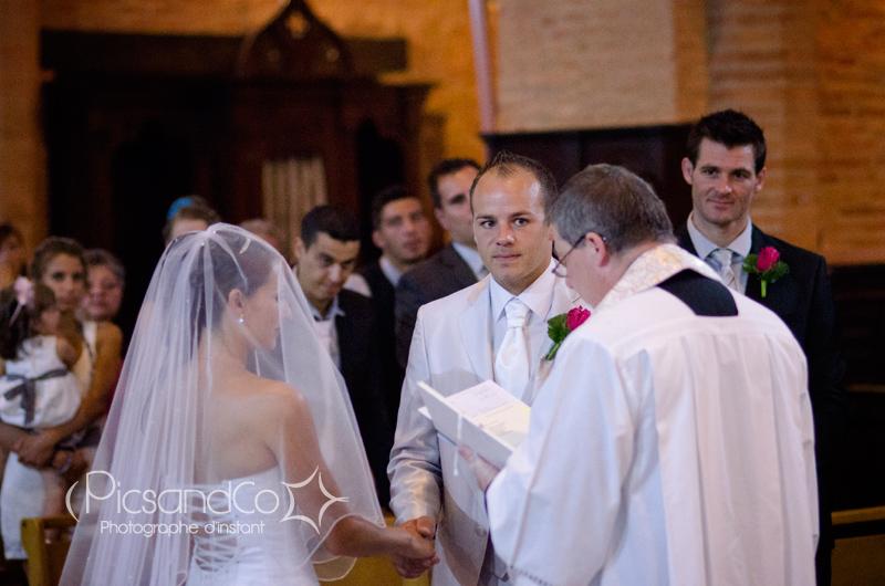 Sacrement du mariage par le prêtre à l'église de Villefranche