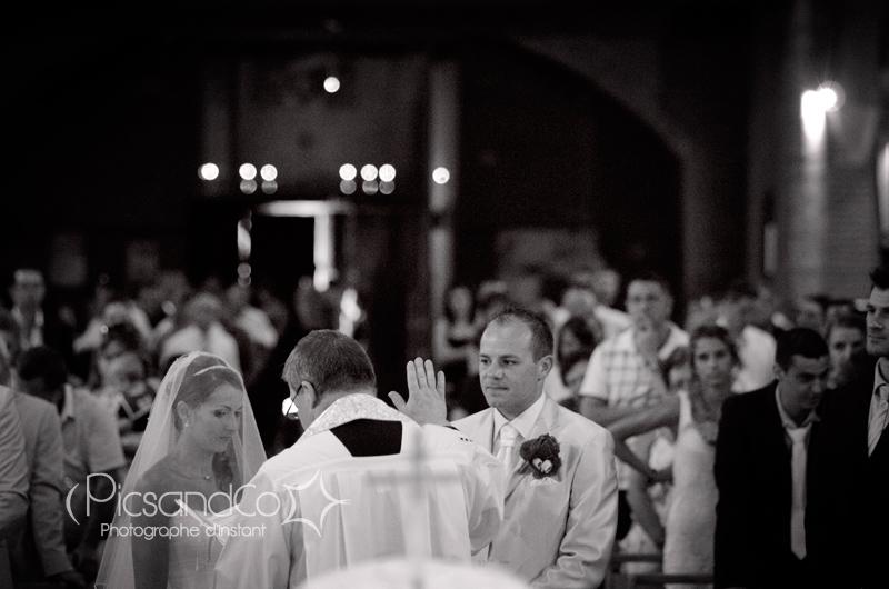 Reportage photo de mariage à l'église pendant la cérémonie du mariage à Villefrance de lauragais - Toulouse