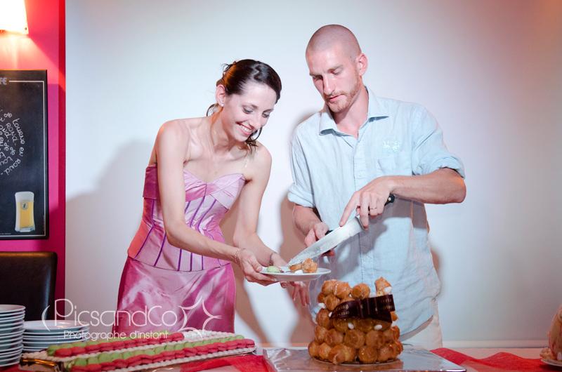 Petite tradition avec la découpe du gâteau des mariés !
