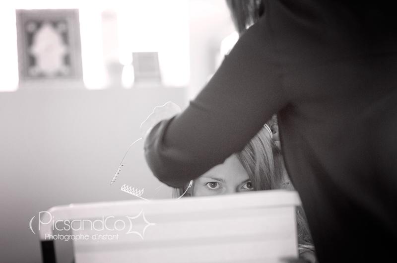 La coiffeuse Julie Atmosp'Hair prépare la mariée