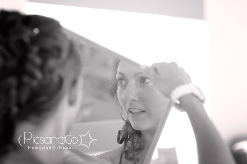 La mariée découvre sa coiffure de mariage