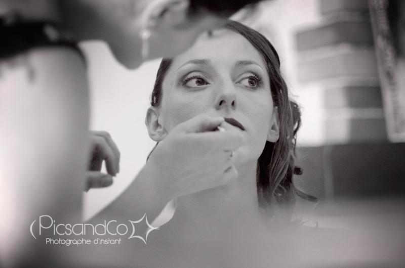 Marine se fait maquiller par Julie à la maison