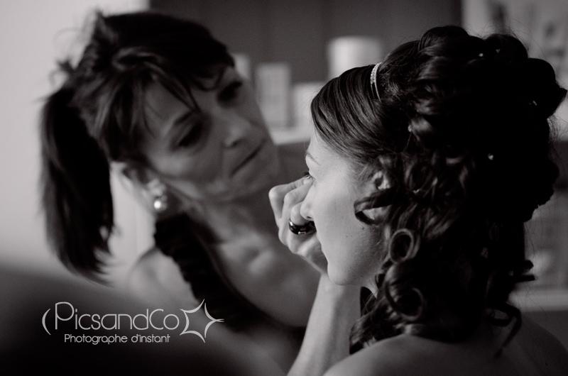 La mariée se fait maquiller par Anne au salon Natur'Elle à Villefranche de Lauragais - Toulouse
