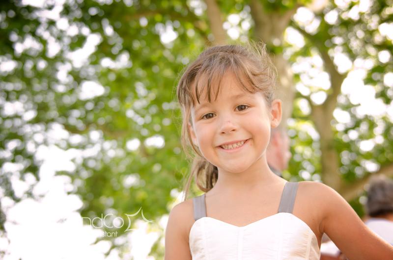 Portrait photo de la petite fille des mariés en princesse