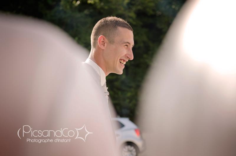 Le marié découvre sa belle dans sa robe de mariée
