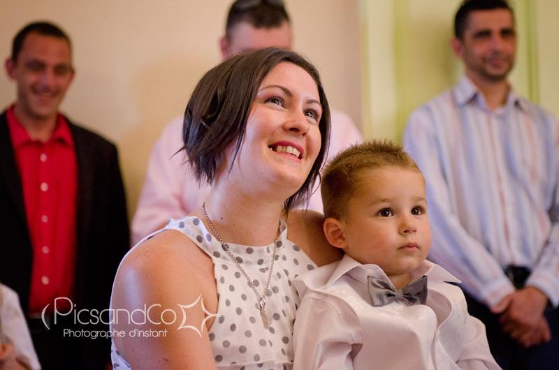 Portrait de la témoin du marié avec son petit neveu