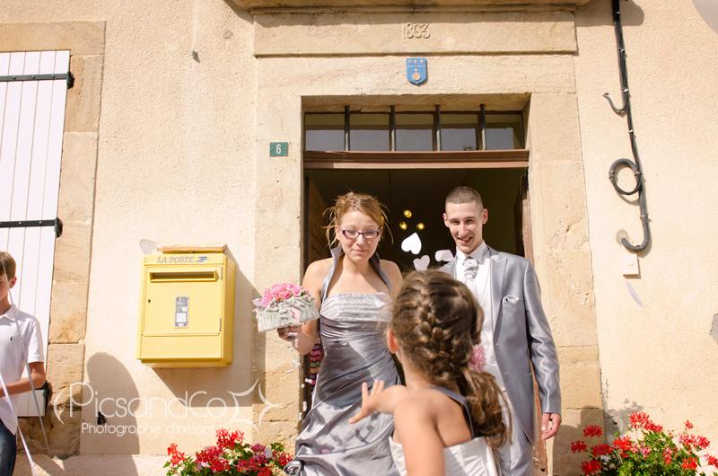Photo de la sortie de la mairie des mariés