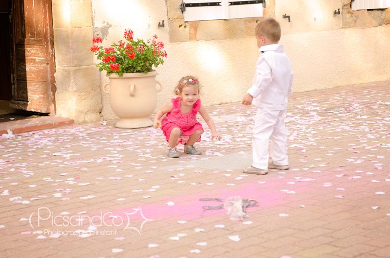 Jeu d'enfant pendant le vin d'honneur du mariage