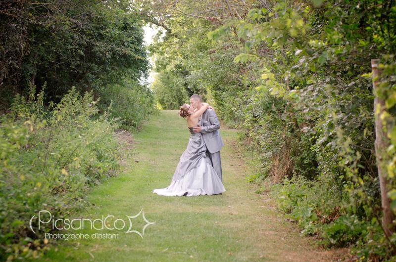 Séance photo de couple le jour du mariage sur les hauteurs de Monferrand dans l'aude