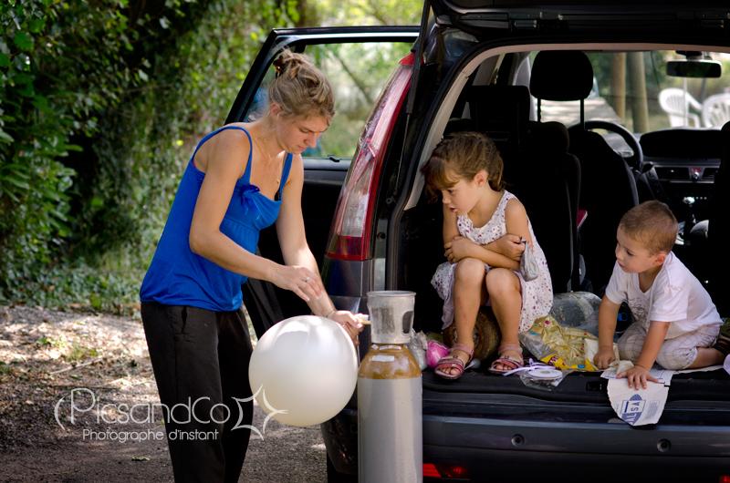 Pendant les préparatifs les enfants gonflent les ballons avec leur tatie