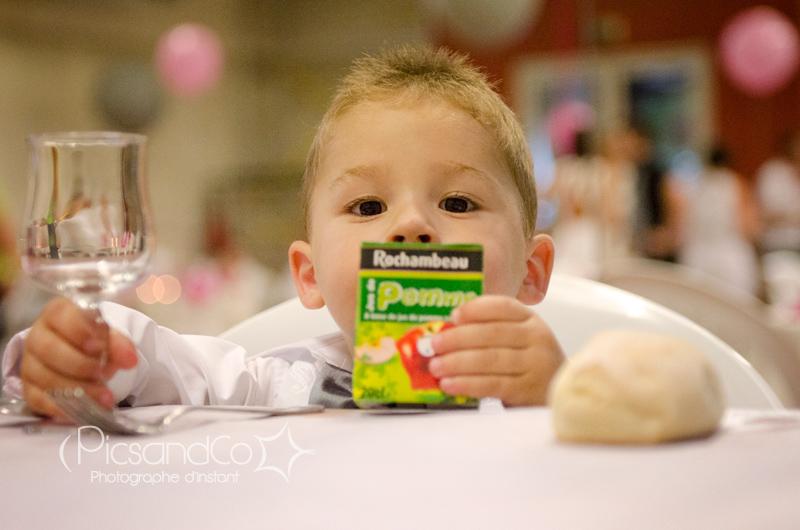 Portrait photo à la table des enfants lors de la soirée du Mariage