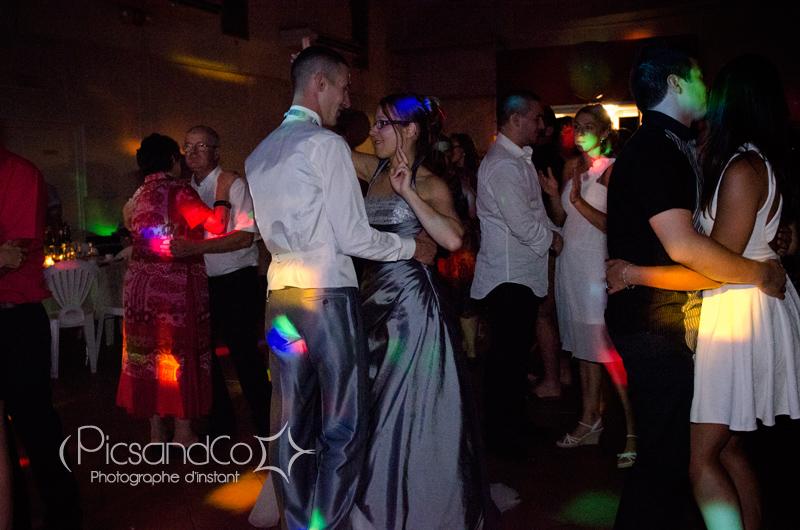 La traditionnelle première danse des mariés avec leurs invités