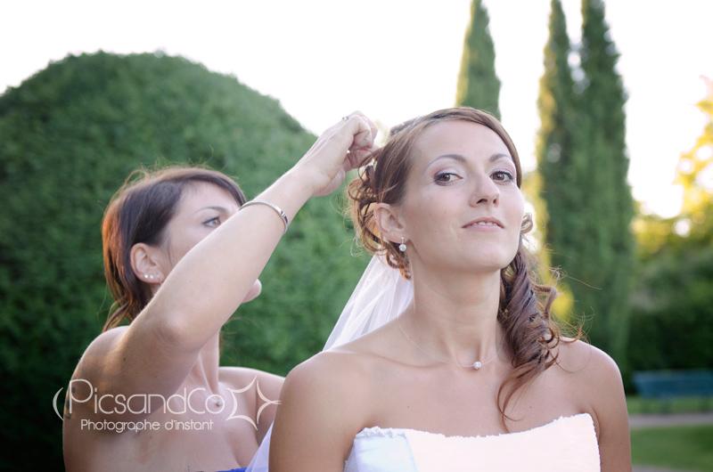 Retouche de la coiffure de la mariée avant quelques photos