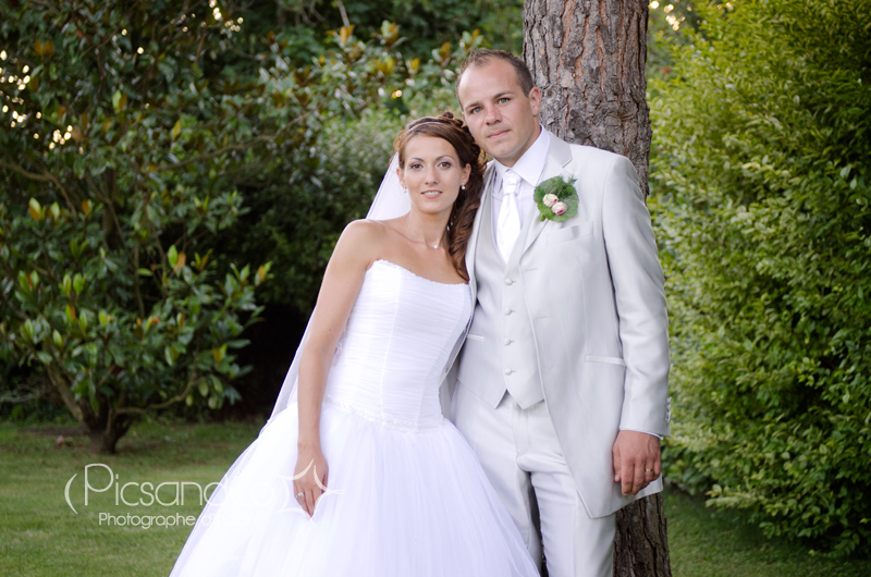 Photo des jeunes mariés dans le parc de Villenouvelle près de Toulouse