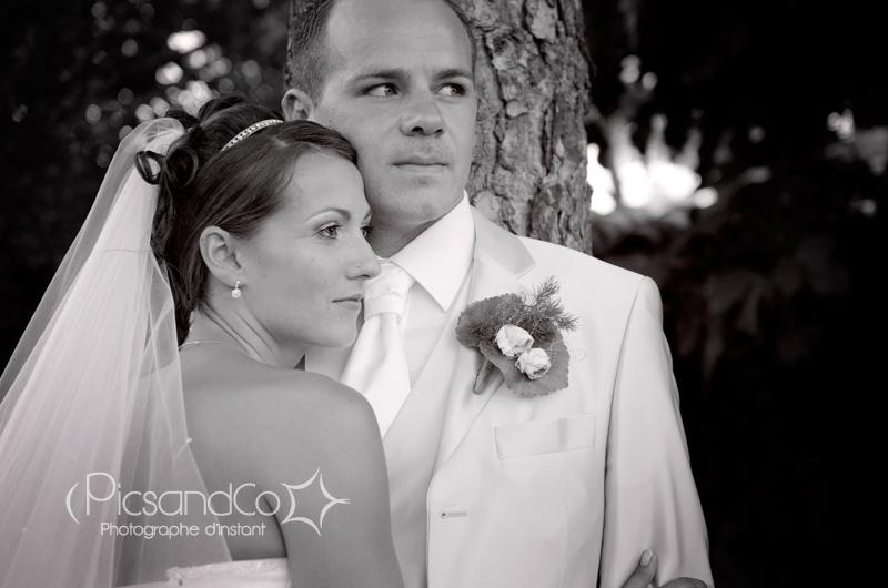 Portrait du couple pendant la séance photo des jeunes mariés