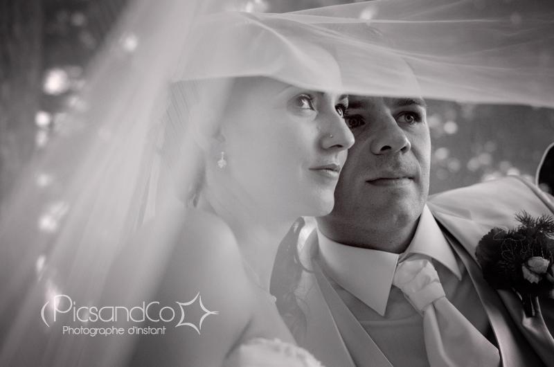 Photo de couple sous le voile de la mariée