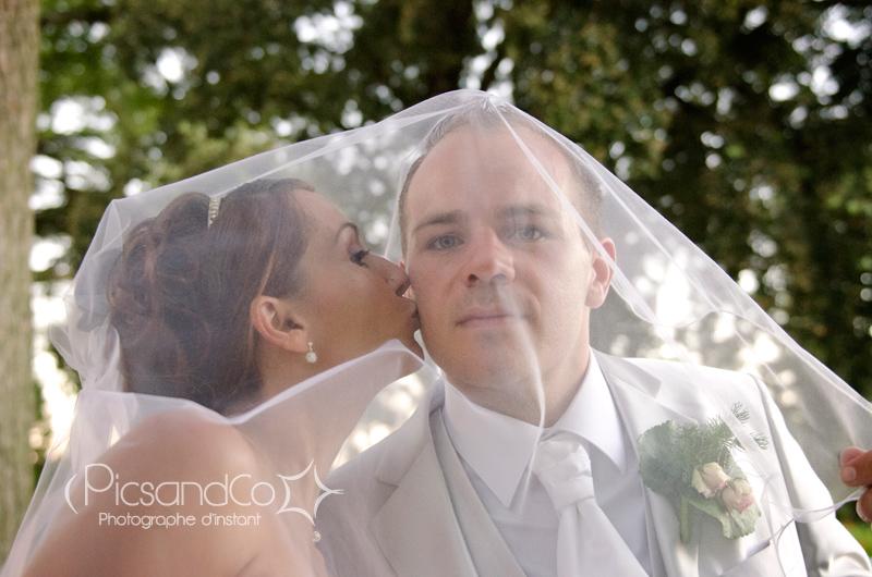 Bisou de la mariée sous le voile