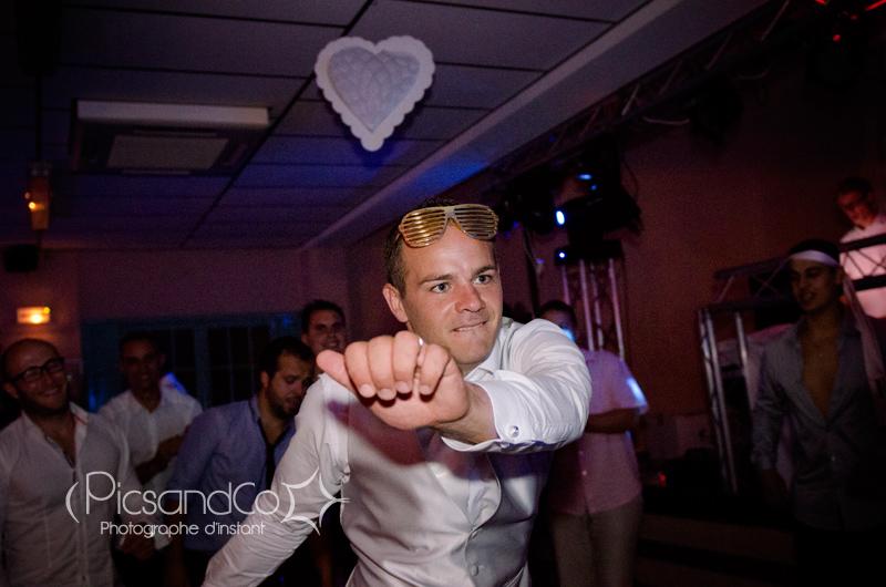 Le marié sur le dance floor pendant la soirée du mariage