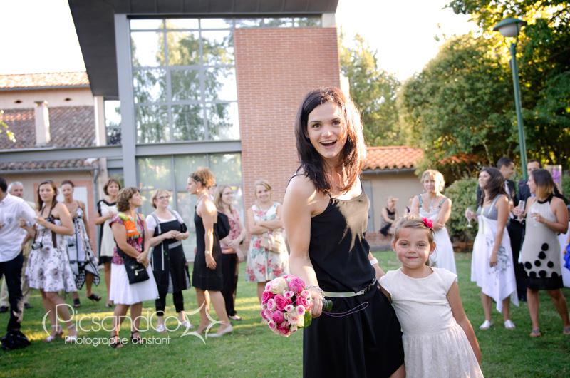 Réception du bouquet de la mariée par une amie