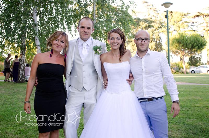 Petite pose des mariés avec un couple d'amis dans le parc de Villenouvelle près de Toulouse