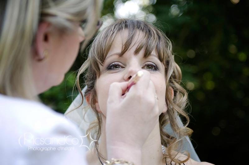 Retouche maquillage avant quelques photos pendant le vin d'honneur
