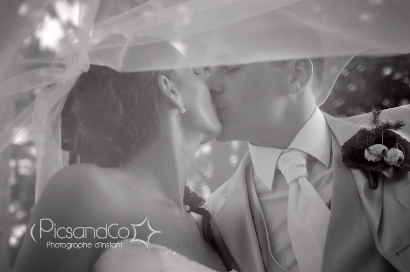 Photo de couple sous le voile le jour du mariage