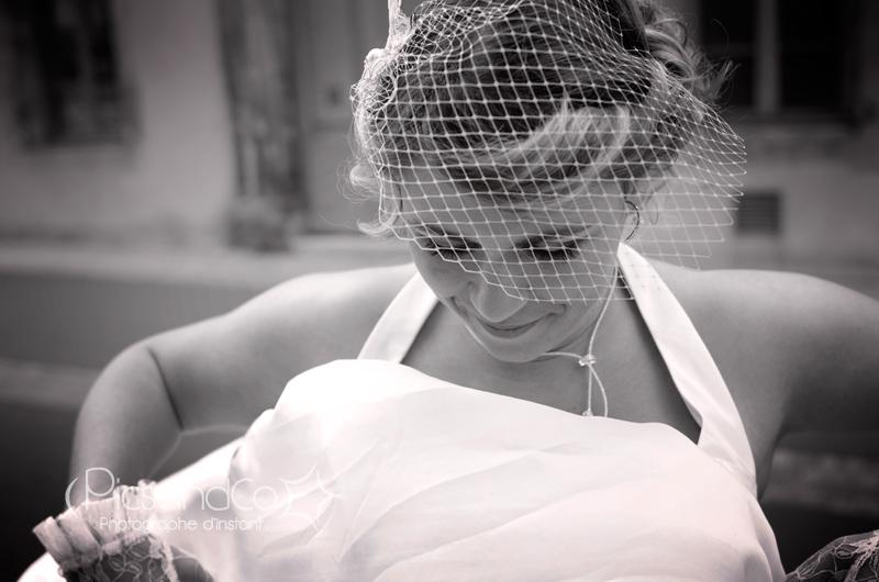 Jolie mariée avant l'entrée dans l'église de Revel