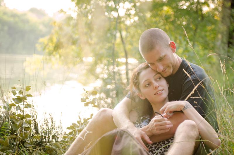 Séance couple en bord de lac avant le jour j