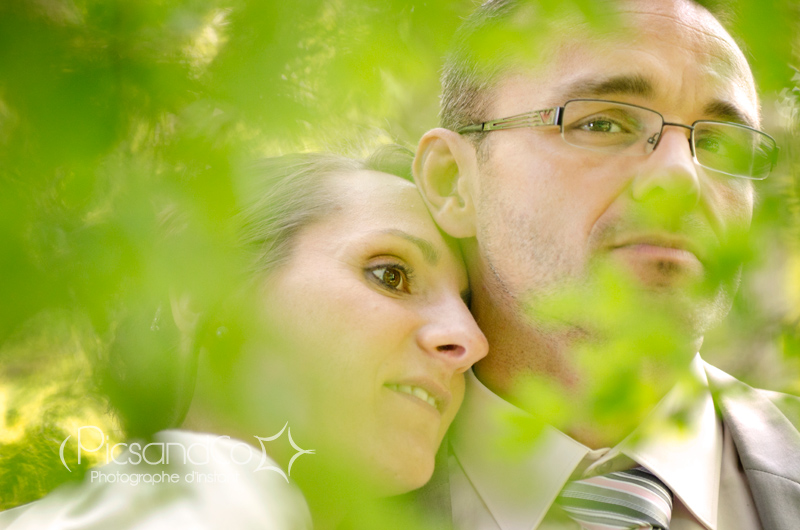 Portrait des jeunes mariés pendant la séance photo le jour j