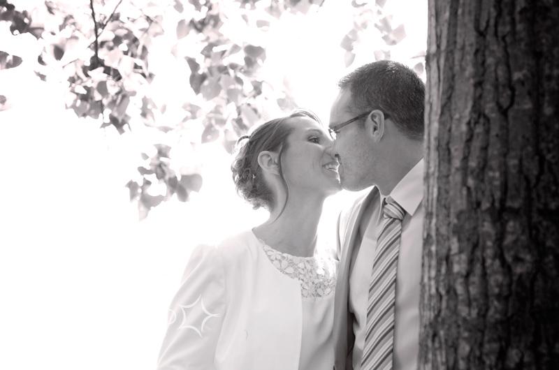Photo de couple pour les jeunes mariés au bord du lac de Vallègue
